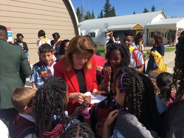 Brenda Walsh signs autographs at the 2017 Adventurers Family Camp in Alberta, Canada.
